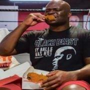 Video: Derrick Lewis entrena para UFC 230 comiendo pollo frito